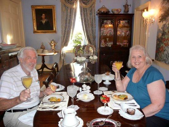Historic Oak Hill Inn: Fresh flowers and fabulous food