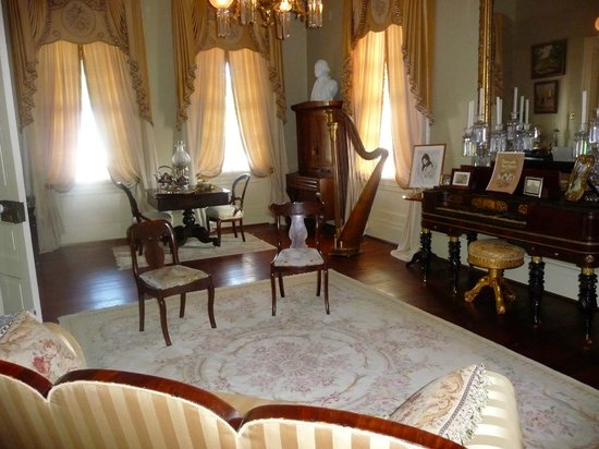 Historic Oak Hill Inn: Beautifully furnished Parlor