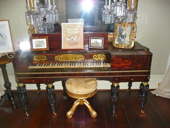 Historic Oak Hill Inn: A magnificent piano