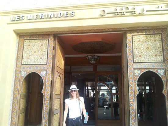 Les Merinides : Minha irmã querida na fachada do Hotel