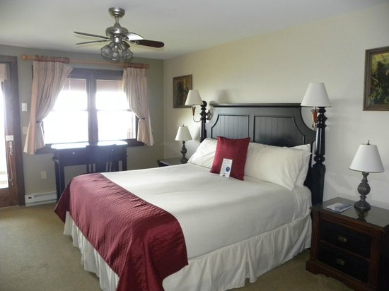 Pisgah Inn: King room in the Treetops section