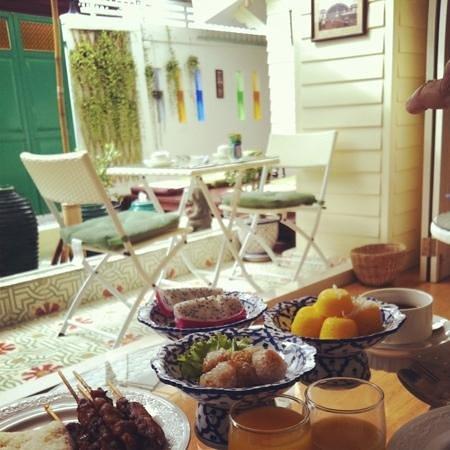 W Home Bangkok: Délicieux petit déjeuner thaï en terrasse