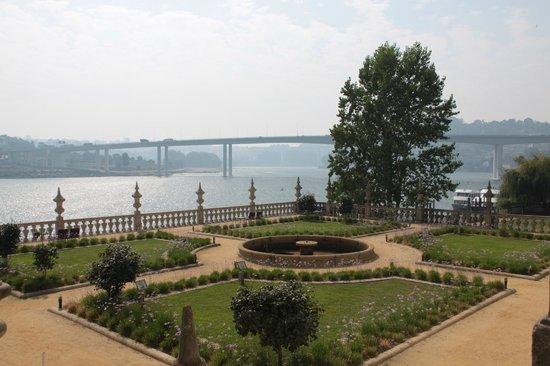 Pestana Palácio do Freixo: Hotel jardin vue du balcon du bar