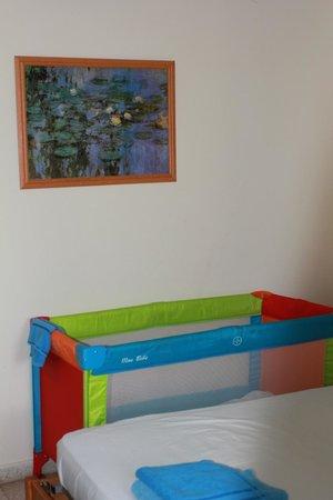 Maricosta Apartments: Детская кроватка