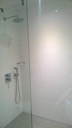Courtyard Budapest City Center: Bathroom- shower area