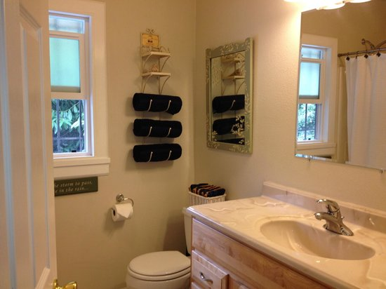 Short Stay Lodgings - Franklin Street Inn : Full Bathroom in 910