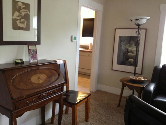 Short Stay Lodgings - Franklin Street Inn : Living Room with French Desk- Free WIFI