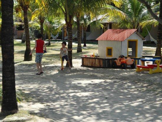 Pousada Brisas: Área entre os chalés e o acesso à praia, próxima à piscina e ao restaurante