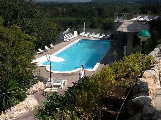Francolise, Italien: piscina immersa nel verde con vista panoramica
