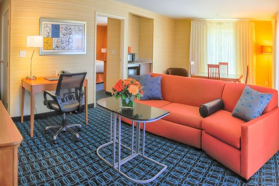 Fairfield Inn & Suites by Marriott, San Jose Airport: The One Bedroom Suite features enclosed sleeping quarters, dining and entertainment areas.