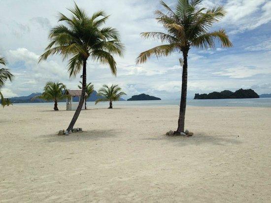 Four Seasons Resort Langkawi, Malaysia: Hotelstrand mit Blick zu den Inseln