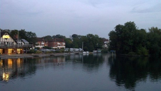 The Thames Riviera Hotel: View from riverside bar/terrace
