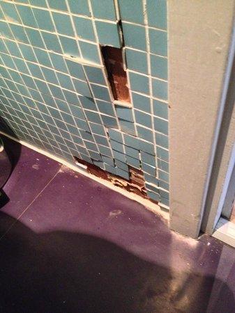 Brunswick Hotel: tiles off wall
