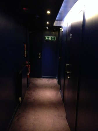 Brunswick Hotel : dark corridor BLUE!