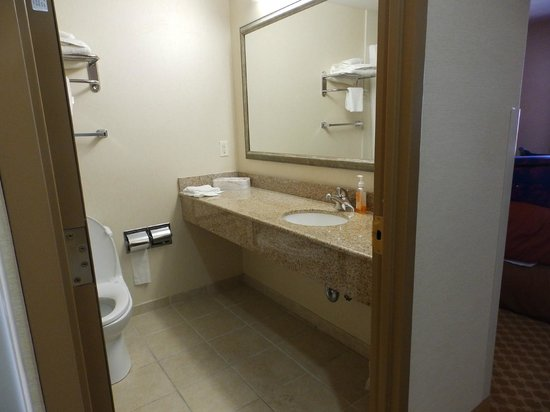 Country Inn & Suites By Carlson, New York City in Queens: Decent sized bathroom