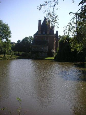 Chateau de Beneauville : Le château côté pièce d'eau