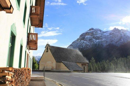 Locanda Ristorante Ospitale: Vista externa do Hotel com a Igreja e as Dolomitas