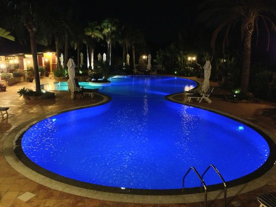 Cruccuris Resort: Pool bei Nacht