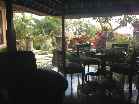 Four Seasons Resort Bali at Jimbaran Bay : Out door living room of villa