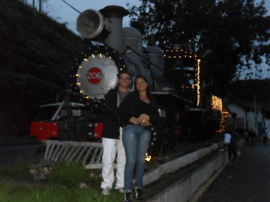 Eu e minha esposa na locomotiva.