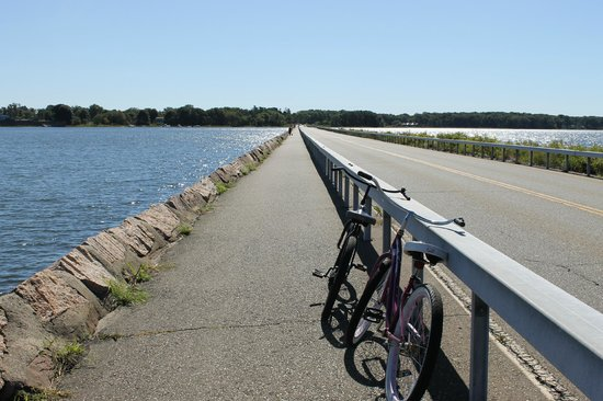 Saybrook Point Inn & Spa: Took the complimentory bike and rode down the causeway