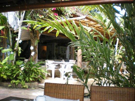 Pousada Capim Santo : Jardins e área do restaurante