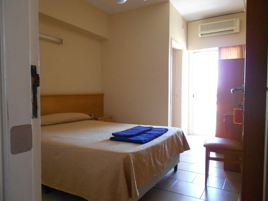 Denis Hotel: Room