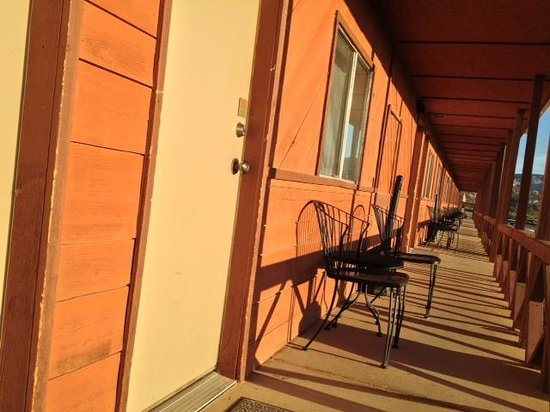 Circle D Motel: There are chairs outside every room