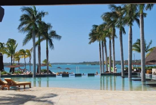Four Seasons Resort Mauritius at Anahita: The pool and Bambou restaurant to the right