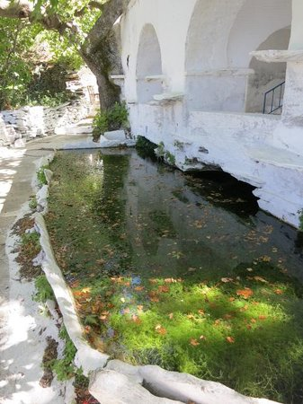 Ag Trianda: The pond at the church