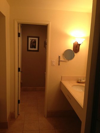 Rancho Bernardo Inn: Little hall to bath with vanity