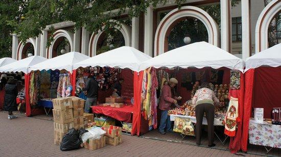 มอสโก, รัสเซีย: Feirinha de artesanato em frente a galeria