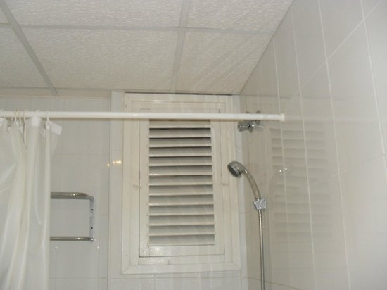 Hotel GHT Balmes & Apartments : Shower. The grids are open  u can see the top of next doors curtain.  A paradise for a perverts