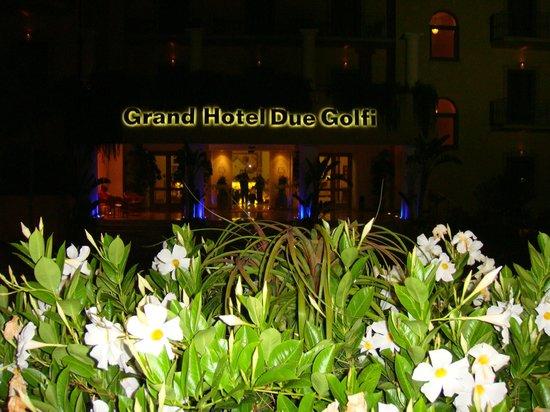 Grand Hotel Due Golfi: L'entrée de l'hôtel la nuit