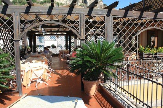 Hotel Isabella: Breakfast on the upper terrace