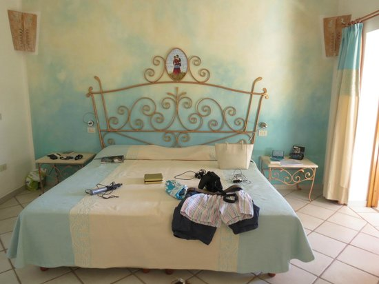 Resort Valle Dell'Erica Thalasso & Spa: Nice Sardinian bed