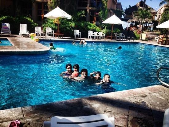 Villas El Rancho Green Resort : Felices en la Alberca