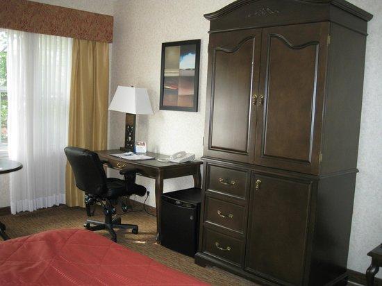 Quality Inn Sarnia: Room 202, Quality Inn, Sarnia, armoir, fridge, desk