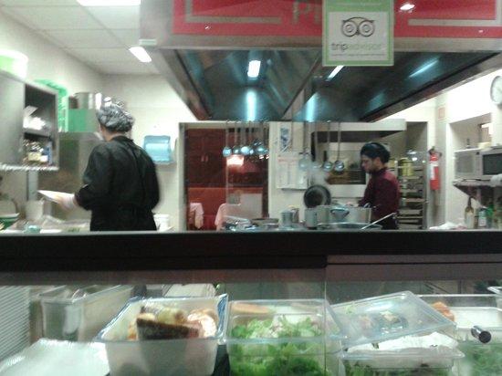 Trattoria Sorelle Picchi: La cucina a vista del ristorante, coi giovani e simpatici cuochi.