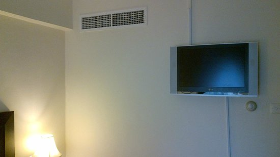 Al Nakheel Hotel Apartments: The tv in the mater bedroom