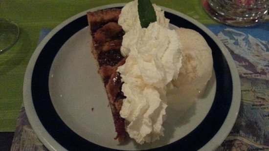 Berggasthaus Marmorbruch: Fruit Pie, ice cream and topping !