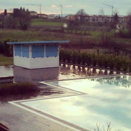 The Ziba Hotel & Spa: la piscina dalla finestra della mia camer, dopo un temporale primaverile