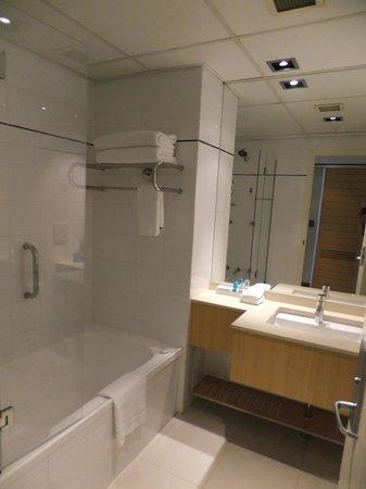 Novotel Sydney on Darling Harbour : The bathroom