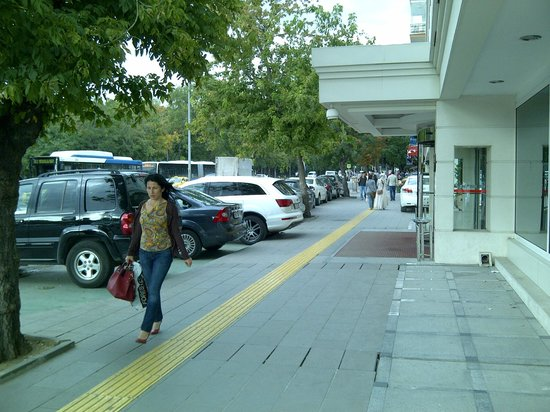 Bera Ankara: No taxi access -- the hotel fills its own pullout with parked cars.