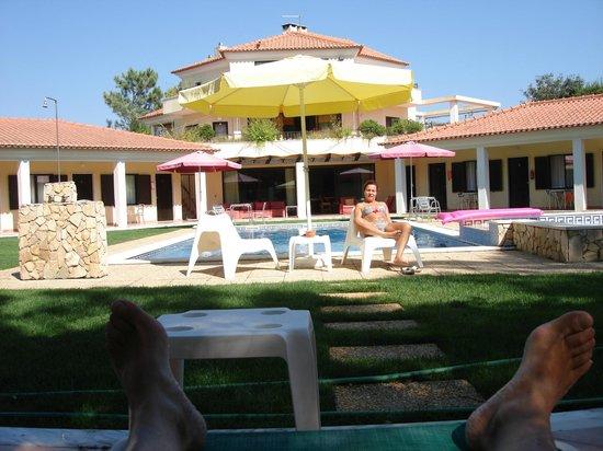 Quinta Dos Amarelos: Piscina, quartos e casa dos proprietários
