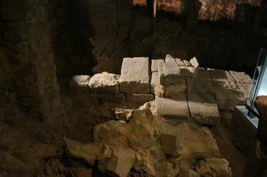 Archeological Crypt of the Parvis of Notre-Dame: Construçoes muito antigas
