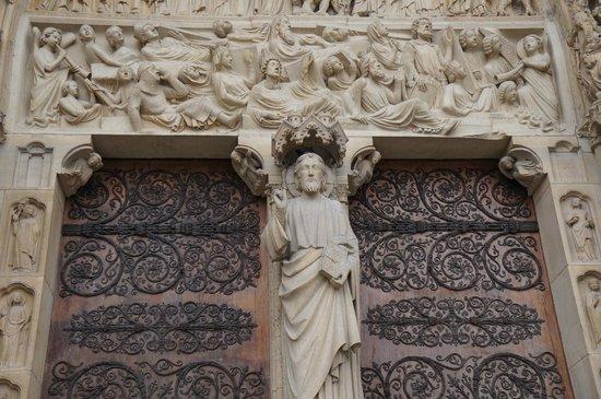 มหาวิหารน็อทร์-ดาม: Detalhes do Portão principal.