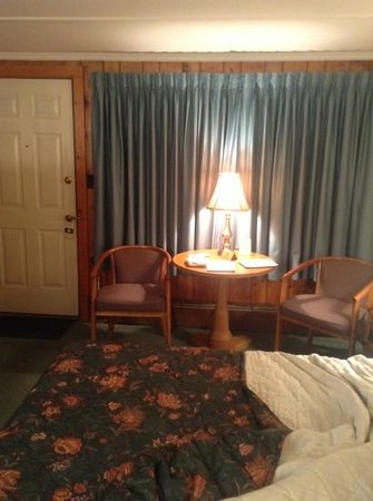 Knotty Pine Motel: bed OK