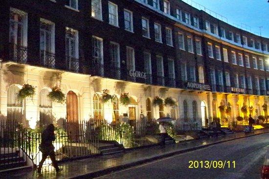 The George Hotel: Looks nice at night