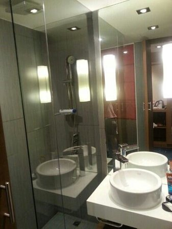 Mercure Hanoi La Gare Hotel: great rain shower